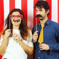 Adoptez ces accessoires drôles et gentiment rétro qui ajouteront du fun à vos soirées et à vos photos improvisées...