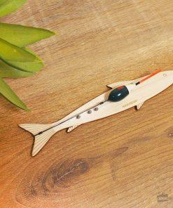 Ce kit contient tout le nécessaire pour pêcher. il vous suffira de l'accrocher à un bâton et d'ajouter quelques vers à l'hameçon.