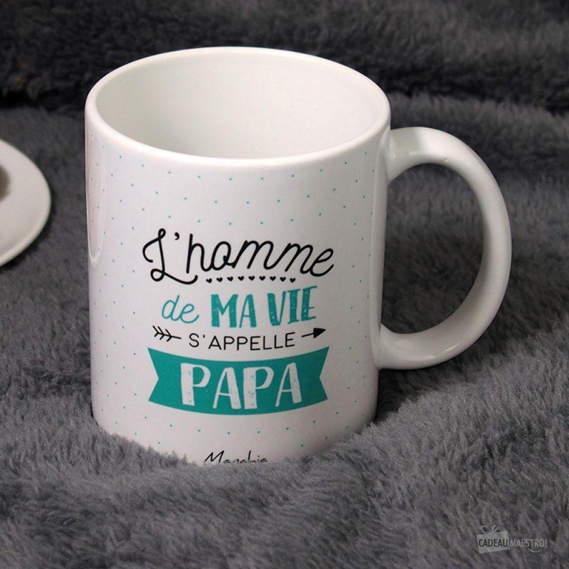 """Ce mug """"L'homme de ma vie s'appelle Papa"""" sera idéal pour combler de bonheur un papa ! Voilà de quoi lui faire plaisir en lui offrant une tasse remplie d'amour !"""