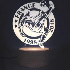 Cadeau idéal pour un fan de football ! Voilà de quoi lui faire plaisir avec une belle lampe ballon de football ! Lampe fabriquée en France. Votre LIXI sera rangée dans une jolie boîte de rangement et une lingette est fournie pour la nettoyer sans faire de rayure !