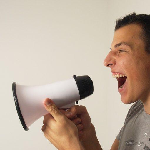Ce mégaphone sera idéal pour tous les amateurs de football ! Voilà de quoi encourager votre équipe préférée avec ce mégaphone ! 2 fonctions sont possibles.