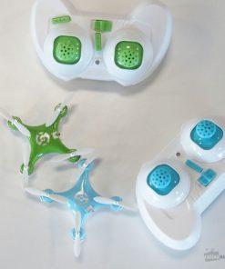 Vous pourrez piloter ce mini drone orange et blanc grâce à sa télécommande. Envolez-vous très haut.