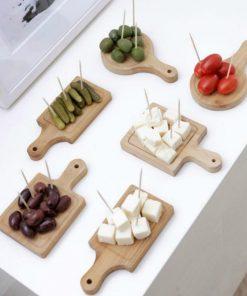 Dégustez de délicieux mets sur des planches en bois brut. Atout charme garanti !