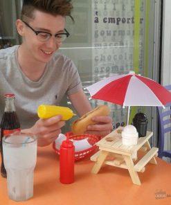 Investissez dans le mobilier avec ce mini set table de pique-nique en bois. Muni de son parasol amovible et de 4 emplacements pour y disposer ketchup