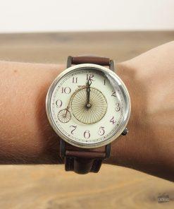 Une montre qui risque de vous mettre la célèbre chanson d'Yves Montand dans la tête ...