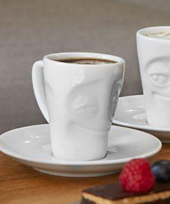 Ce mug expresso heureux avec soucoupe sera idéal pour boire un bon café ! Les vaisselles sont en porcelaine.