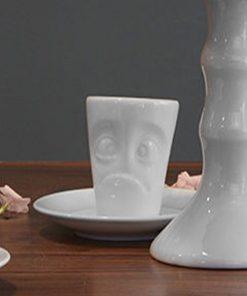 Ce mug expresso en porcelaine avec soucoupe sera parfait pour tous ceux qui ont du mal à se lever les matins !