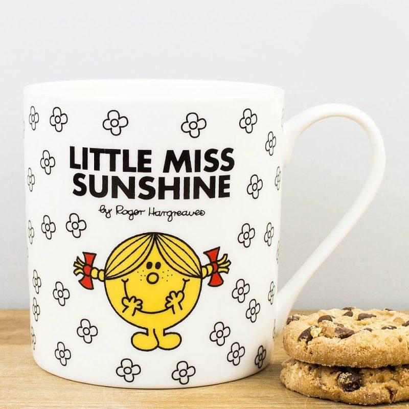 Une jolie tasse avec madame Bonheur dessus et des jolies fleurs en déco. C'est chouette et ça met de bonne humeur pour boire sa boisson favorite.