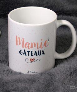"""Ce mug """"Mamie Gâteaux"""" sera idéal pour rappeler à une mamie pâtissière que c'est la reine des gâteaux ! Voilà de quoi lui faire plaisir avec cette tasse."""