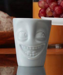 Ce mug en porcelaine avec anse sera idéal pour bien commencer votre matinée avec votre boisson préférée dans une tasse fun !