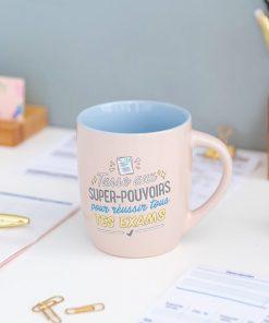 """Ce mug """"Super-Pouvoirs pour réussir tous tes exams"""" sera idéal pour combler de bonheur un étudiant. Voilà de quoi lui offrir un brin de chance pour réussir ses examens et concours !"""