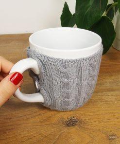 Ce mug en porcelaine sera parfait pour boire une bonne boisson chaude sans risquer de se brûler ! Son tricot vous protégera de la chaleur.
