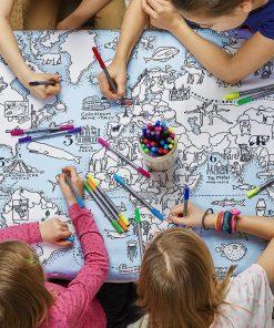 Cette nappe sera parfaite pour apprendre en coloriant le monde qui nous entoure. Voilà de quoi occuper vos enfants avant ou après manger ! Une fois le coloriage terminé il suffira de la laver pour recommencer à dessiner.
