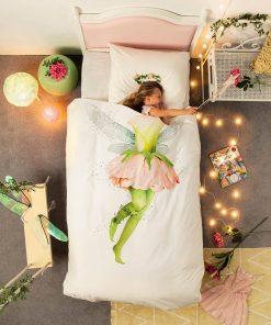 Devenez une jolie fée en dormant dans cette belle parure de lit fantaisie et féerique ! Cette parure 1 personne sera parfaite pour toutes les petites filles qui rêvent d'être une fée.