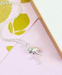 Ajoutez une touche tropicale à votre look avec ce joli collier en argent. Idéal pour les passionnés des flamants roses !
