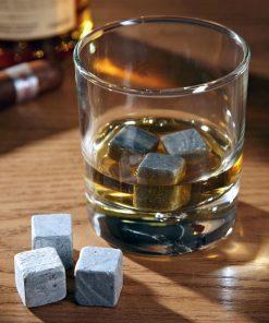 Des glaçons très spéciaux et élégants pour rafraîchir votre verre de whisky.