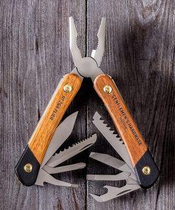 Cette pince multi-outils en bois et en titane contient tous les essentiels pour les pêcheurs et les randonneurs ! Voilà de quoi faire face à chaque situation !