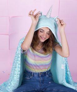 Ce plaid licorne à capuche sera idéal pour se déplacer partout sans avoir froid ! Enfilez-le et devenez une licorne toute douce !