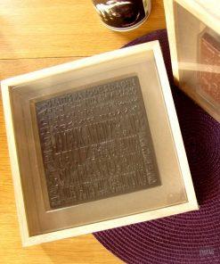 Une jolie plaque choco'message à croquer lors d'un anniversaire. Chocolat noir intense.