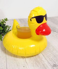 Ce porte-verre canard sera idéal pour vous permettre de vous hydrater dans votre piscine sans même avoir besoin de sortir de l'eau ! Il flottera avec vous dans l'eau et portera votre boisson préférée !