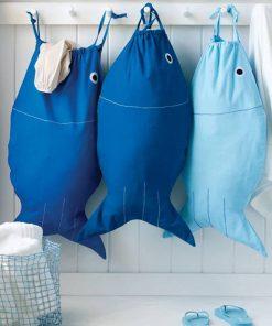 Ajoutez tout votre linge sale dans ce joli poisson bleu chaque jour. Voilà de quoi ajouter une belle décoration utile et pratique au quotidien dans votre salle de bain !