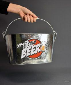 Disposez vos bières dans ce seau rempli de glaçons pour garder au frais vos boissons