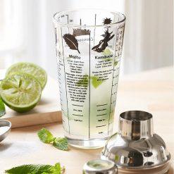Munissez-vous de ce shaker à cocktails Mix Master et ne tombez plus jamais en rade de recettes ! Sur son corps en verre sont imprimées 6 recettes de célèbres cocktails et 2 règles de mesure pour doser chaque ingrédient... il n'y a plus qu'à préparer