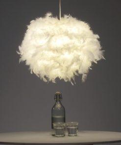 Cette suspension nuage de plumes au style cocooning saura sublimer votre intérieur et ajoutera une ambiance douce et zen à votre pièce ! Hauteur de la lampe réglable selon vos envies !