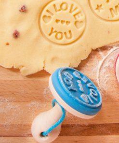 """Apportez une touche personnelle à vos pâtisseries en tamponant """"I Love You"""" sur vos cookies"""