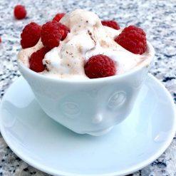 Une tasse à café humeur du matin boudeur