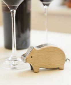 Ajoutez une touche fun et décalée à votre repas avec ce tire-bouchon cochon fait en bois de hêtre et en acier inoxydable !