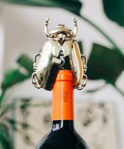 Amusez tous vos invités en ouvrant une bouteille avec cet insecte !