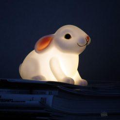 Cette veilleuse bébé lapin blanc de 11 cm éclairera doucement une chambre d'enfant grâce à ses LED internes et ses piles fournies.