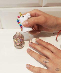 Laissez-vous séduire par la fantaisie et la magie de ce vernis à ongles licorne ! Ces paillettes multicolores apporteront une touche féerique à votre look !