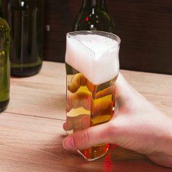 Un verre à bière demi-pinte tranché sur la hauteur
