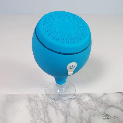 Ecoutez vos sons préférés partout même dans l'eau ! Fonctionne en bluetooth jusqu'à 10 mètres de distance ! Bouton On/Off. Indicateur lumineux de charge. Distance maximale de fonctionnement : 10 m. Batterie 700mAh. Temps de lecture : 3-5 heures. 7 couleur changeante de la lumière LED. Câble USB de chargement inclus.