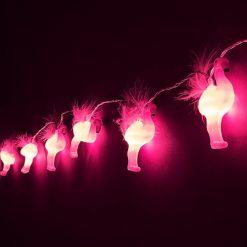 Ajoutez une guirlande remplie de flamants roses à plumes de 175 cm de long ! Fonctionne avec 3 piles AA non incluses !