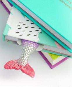 Ce Marque-page Sirène fait-main sera idéal pour garder votre page jusqu'à votre prochaine lecture. Fait en polymère