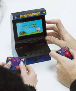 Jouez à 300 jeux différents. 216 jeux pour 1 joueur et 84 pour 2 joueurs. Fonctionne avec 4 piles AAA (non incluses) et 4 piles AA (non incluses). Câbles AV inclus et USB inclus.
