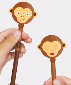 Ces deux crayons à papier insolites et originaux sauront vos séduire avec leur petite bouille ! Coloriez et dessinez avec un panda ou un singe qui bougent leurs yeux et leur bouche !