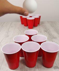Un jeu de beer pong pour apéritif composé de 14 gobelets et de 2 balles de ping pong