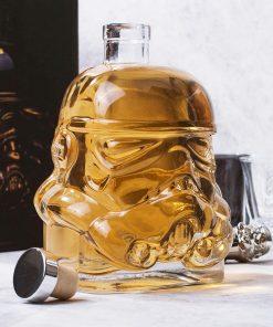 Ajoutez jusqu'à 750 ml de vin ou de Whisky !Véritable reproduction d'un soldat Stormtrooper.Carafe en verre.