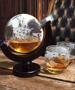 Utilisez un décanteur de qualité et élégant pour votre Whisky ! Vous n'aurez plus qu'à le servir dans ces deux beaux verres mappemondes. Contenance carafe : 850 ml. Contenance d'un verre : 250 ml.