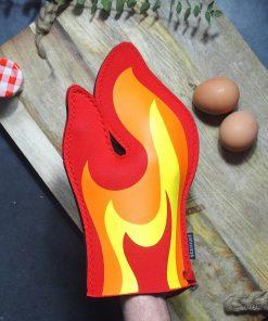 Sortez vos plats du four sans vous brûler avec cette manique flamme ! Taille unique.