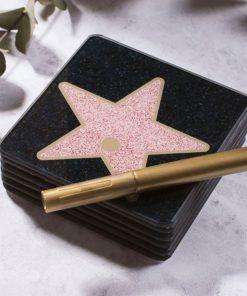 Décorez votre table avec ces marques-places glamour et personnalisables avec un feutre doré.