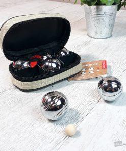 Vous pourrez jouer à la pétanque partout où vous voudrez grâce à ce set miniature et ses 6 boules en acier. Bien sûr