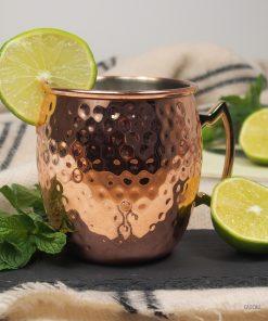 Cette superbe tasse plaquée cuivre sur l'extérieur accueillera avec brio les cocktails à base de vodka et de bière de gingembre typiques. Servez le tout à vos amis