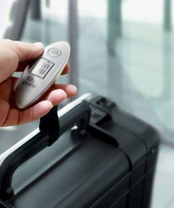 Un pèse-bagage à affichage digital qui vous permettra de mesurer le poids de vos valises jusqu'à 40 kg afin d'éviter ainsi les surcoûts surprises à l'aéroport !