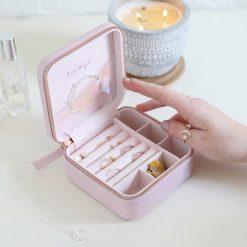 Boîte de voyage carrée en cuir PU et en velours pour mettre tous vos bijoux préférés.