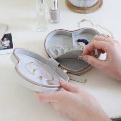 Boîte de voyage cœur en cuir PU et en velours pour ranger tous vos bijoux favoris.